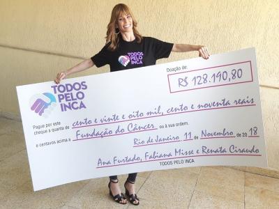 Ana Furtado entrega cheque ao INCA com valor arrecadado em bazar beneficente