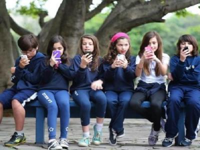 21% das crianças e adolescentes deixam de comer ou dormir por causa da internet, diz pesquisa